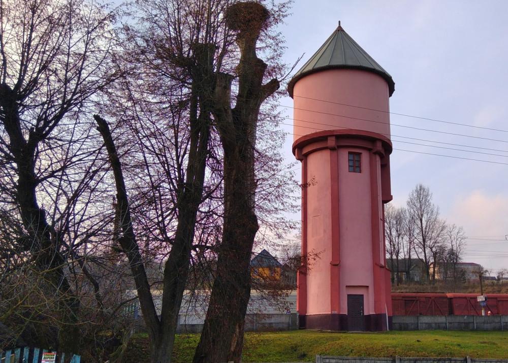 Недалеко от здания станции - не менее добротная - водонапорная башня.