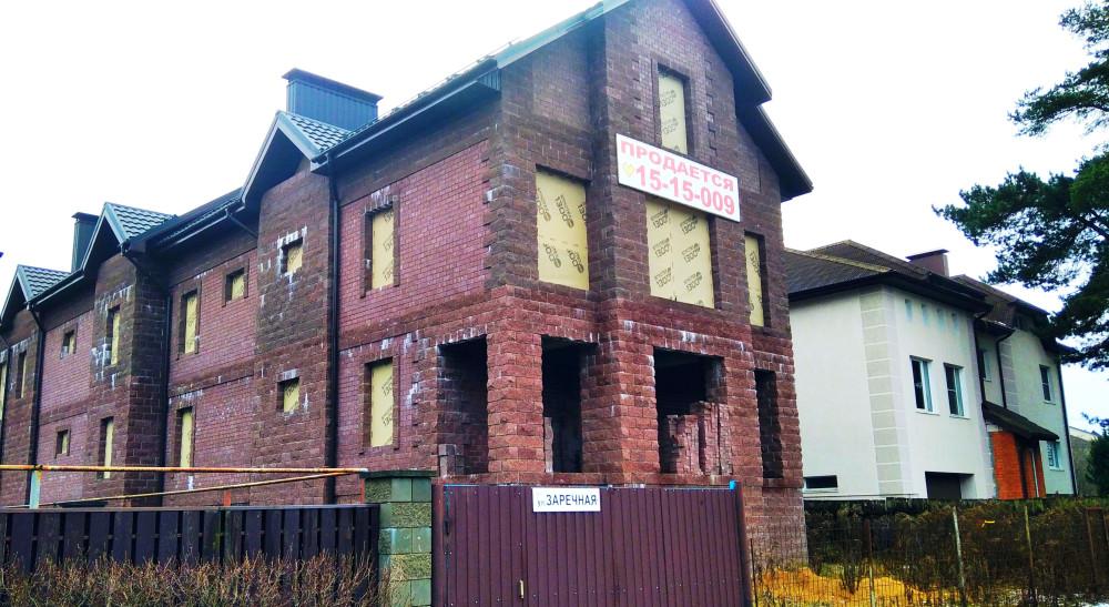 Дом продаётся. Кажется, желаниям не позволили осуществиться возможности: дом очень большой, внешне громоздкий - крепость.
