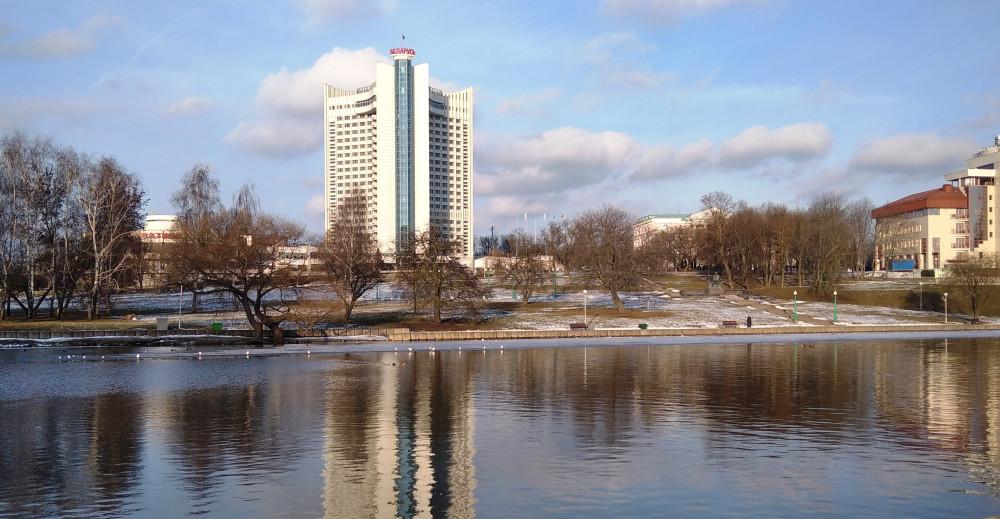 На противоположном берегу - гостиница Беларусь