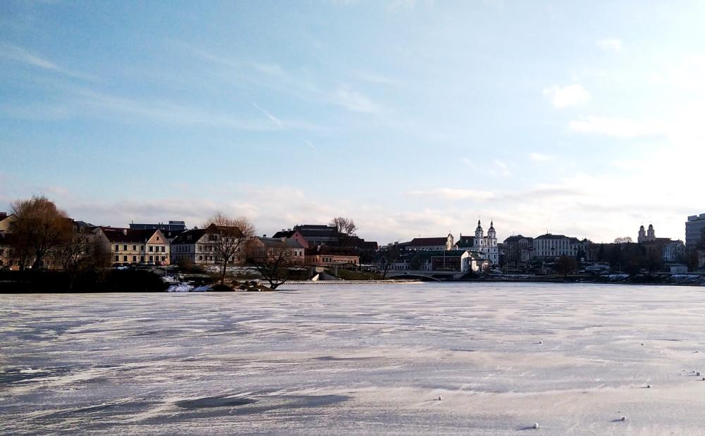 Течение очень слабое - появился тонкий лёд, припорошенный снегом. Слева Троицкое предместье.