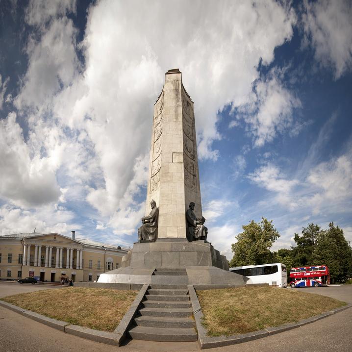 Монумент а честь 850-летия Владимира