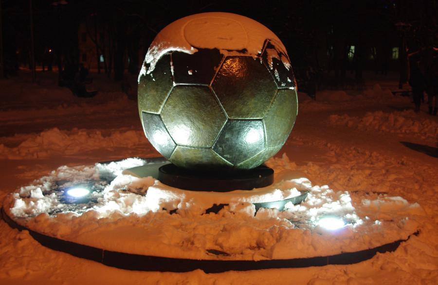 памятник футбольномумячу