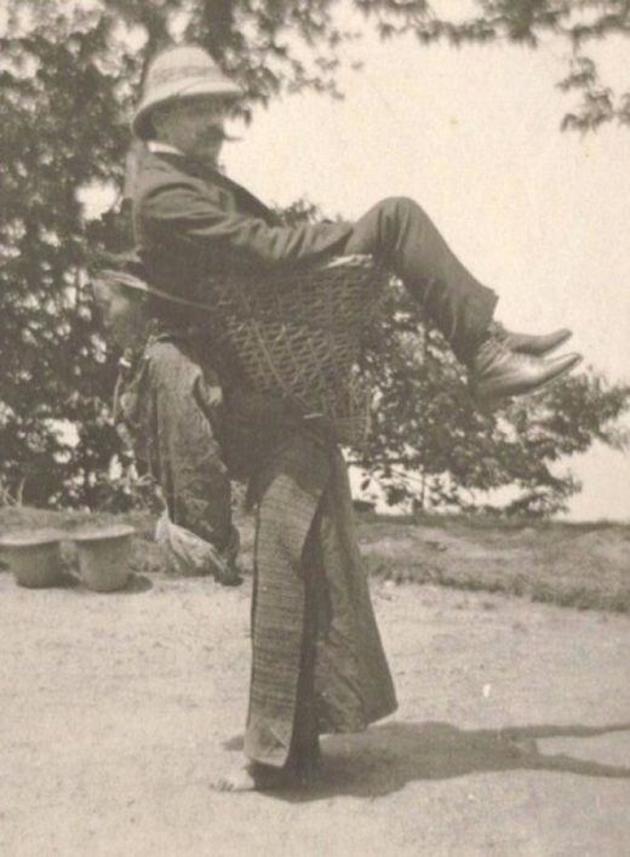 Kolonizator-kupets-ispolzuet-mestnuyu-zhenshhinu-v-kachestve-transporta-1903-god-Bengaliya-Britanskaya-Indiya