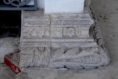 """11. Фрагменты перевернутых разных капителей в основании навеса над """"царским местом"""" поставлены на диагональную елку по песку."""