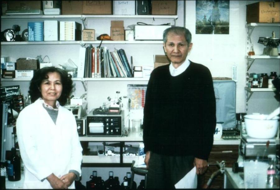 O. & A. Shimomura in the lab 1995
