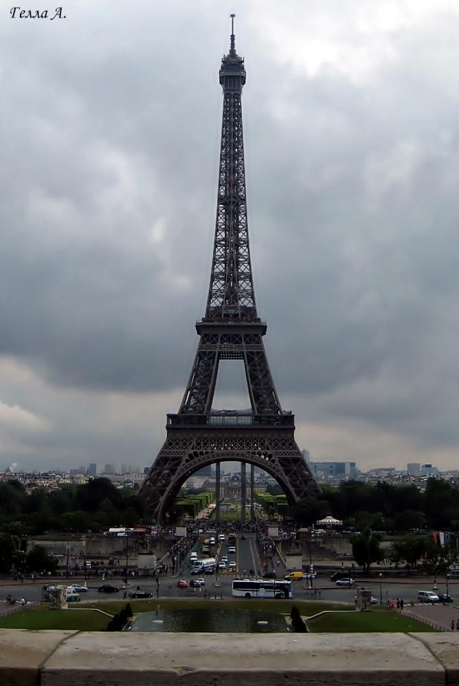 У Эйфелевой башни