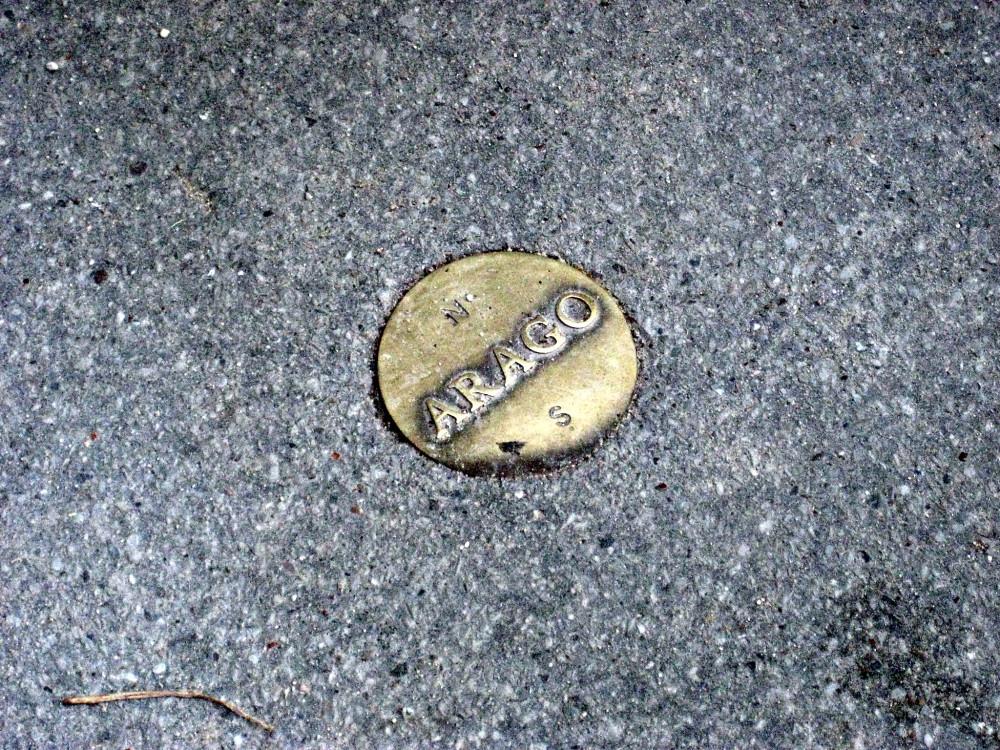 Один из бронзовых медальонов Араго, расположенный в Люксембургском саду