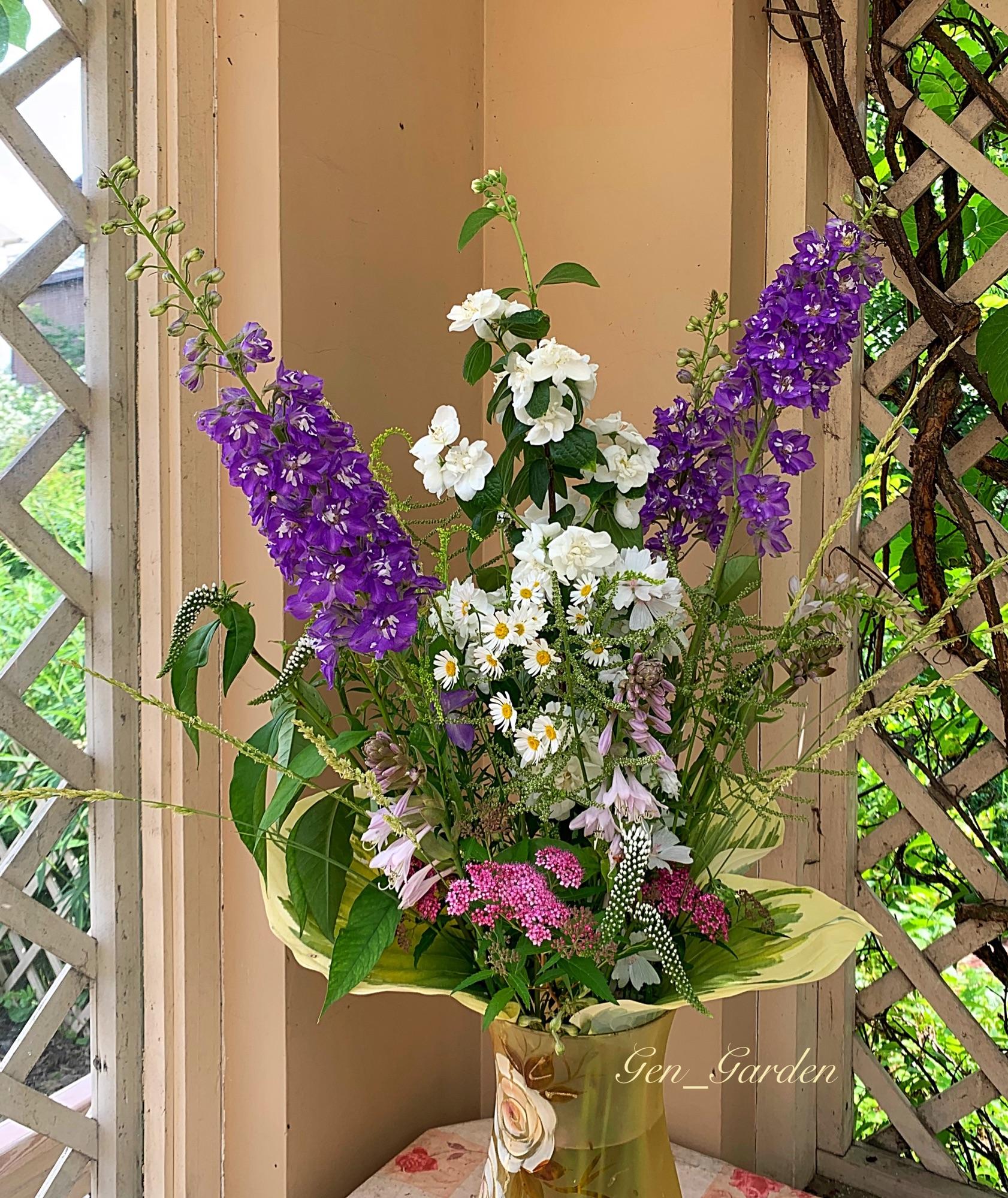 Достоин наш июль и наше лето простой торжественности свежего букета