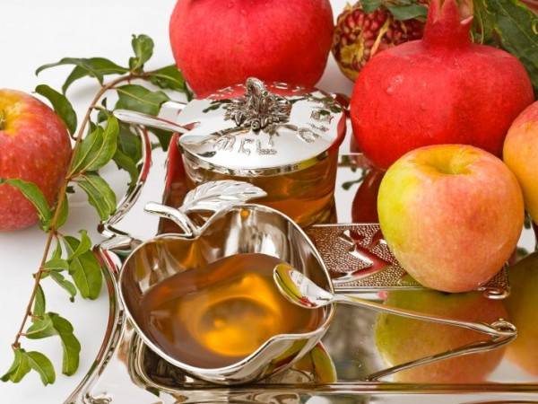 Rosh-Hashanah-Apples-and-Honey-Cropped