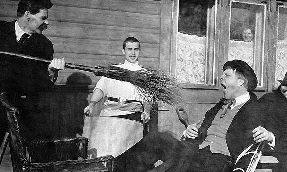 Максим Горький тычет метлой в оперного певца Федора Шаляпина, 1905 год.