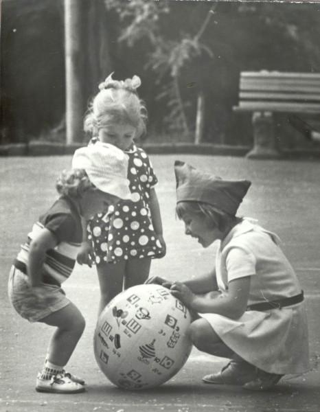 Дима и дети с мячом