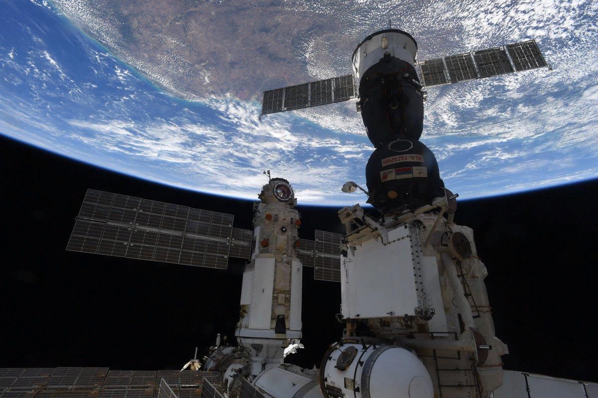 Модуль Рассвет с Союзом МС 18 и Наука, фото Тома Песке