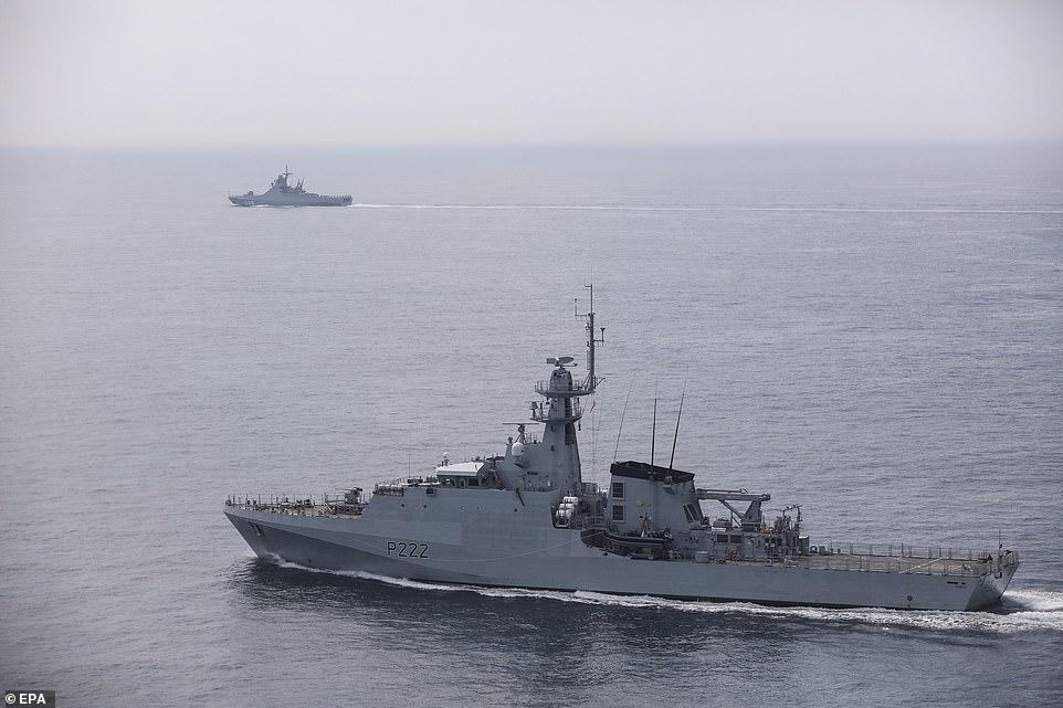 """""""Рогачёв"""" от нас дальше, а на переднем плане британский """"патрульный корабль прибрежной зоны класса """"Ривер-2"""" - """"Форт""""."""