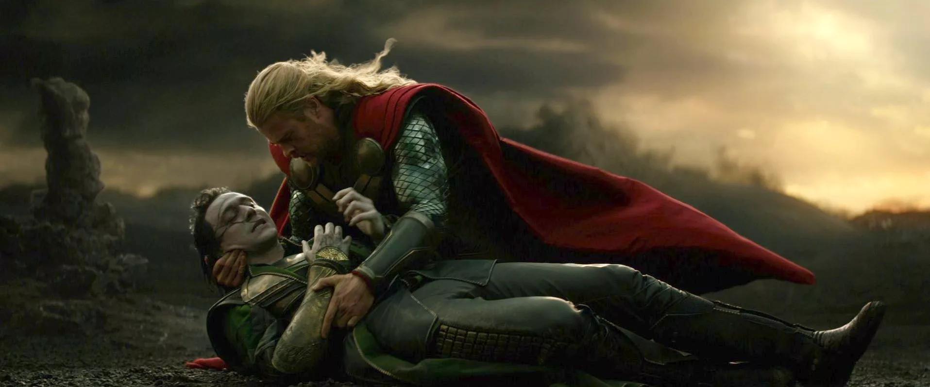 Локи притворился смертельно раненым, а Тор  уверен, что потерял брата