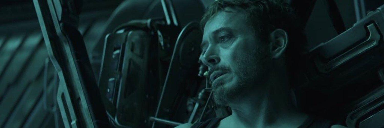 Тони Старк погибает от голода в космосе ( на корабле с ним ещё и киборг Небула, но ей смерть не грозит)
