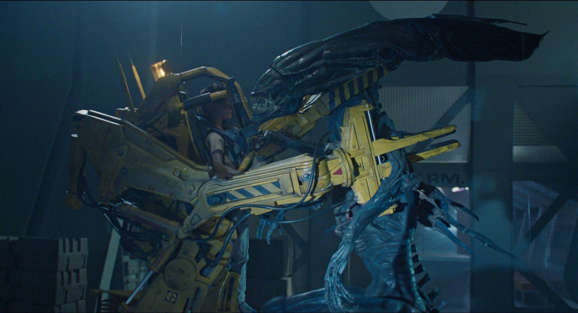 Рипли в роботе-погрузчике бьётся с королевой чужих