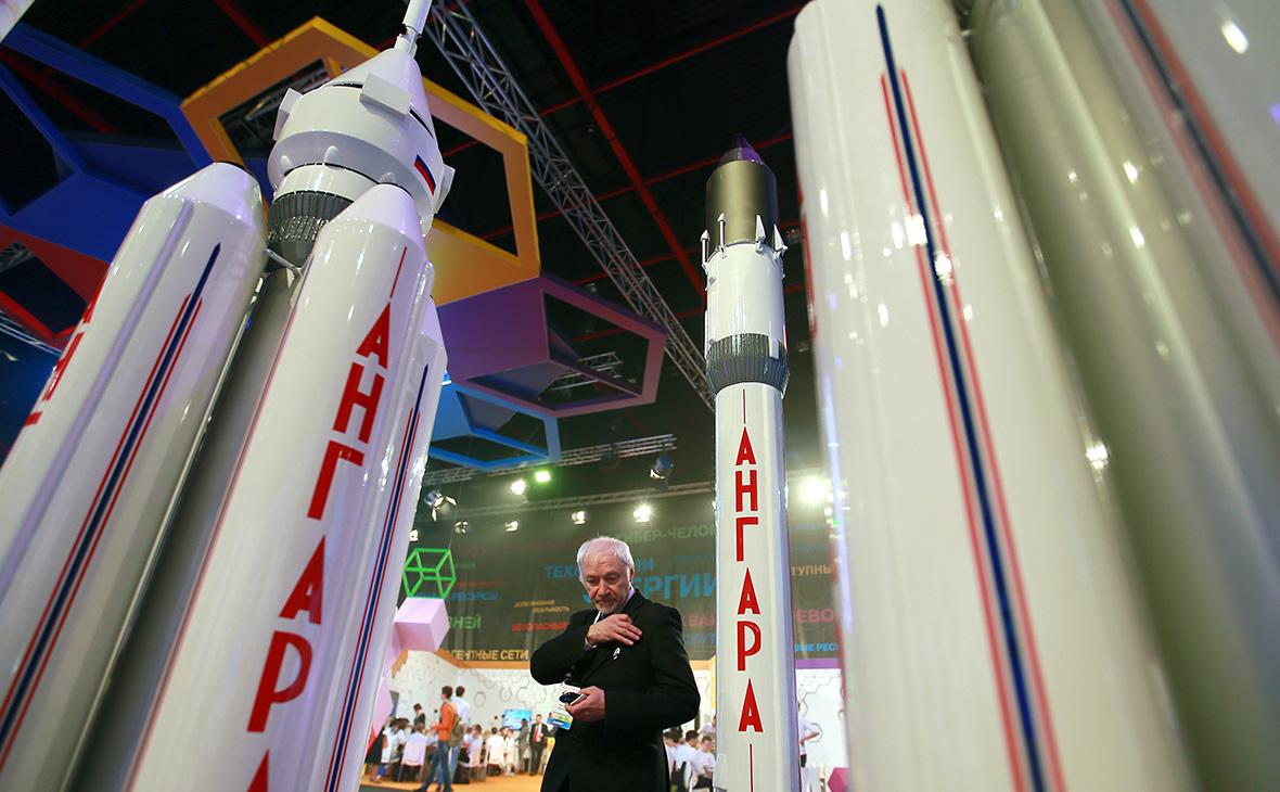 Слева  пилотируемая Ангара.