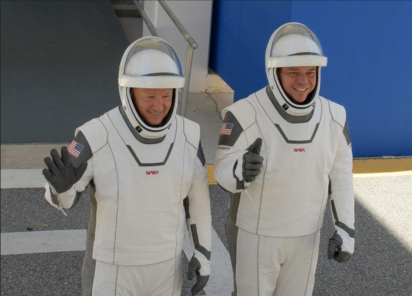 астронавты-испытатели Даг Хёрли и Боб Бенекен