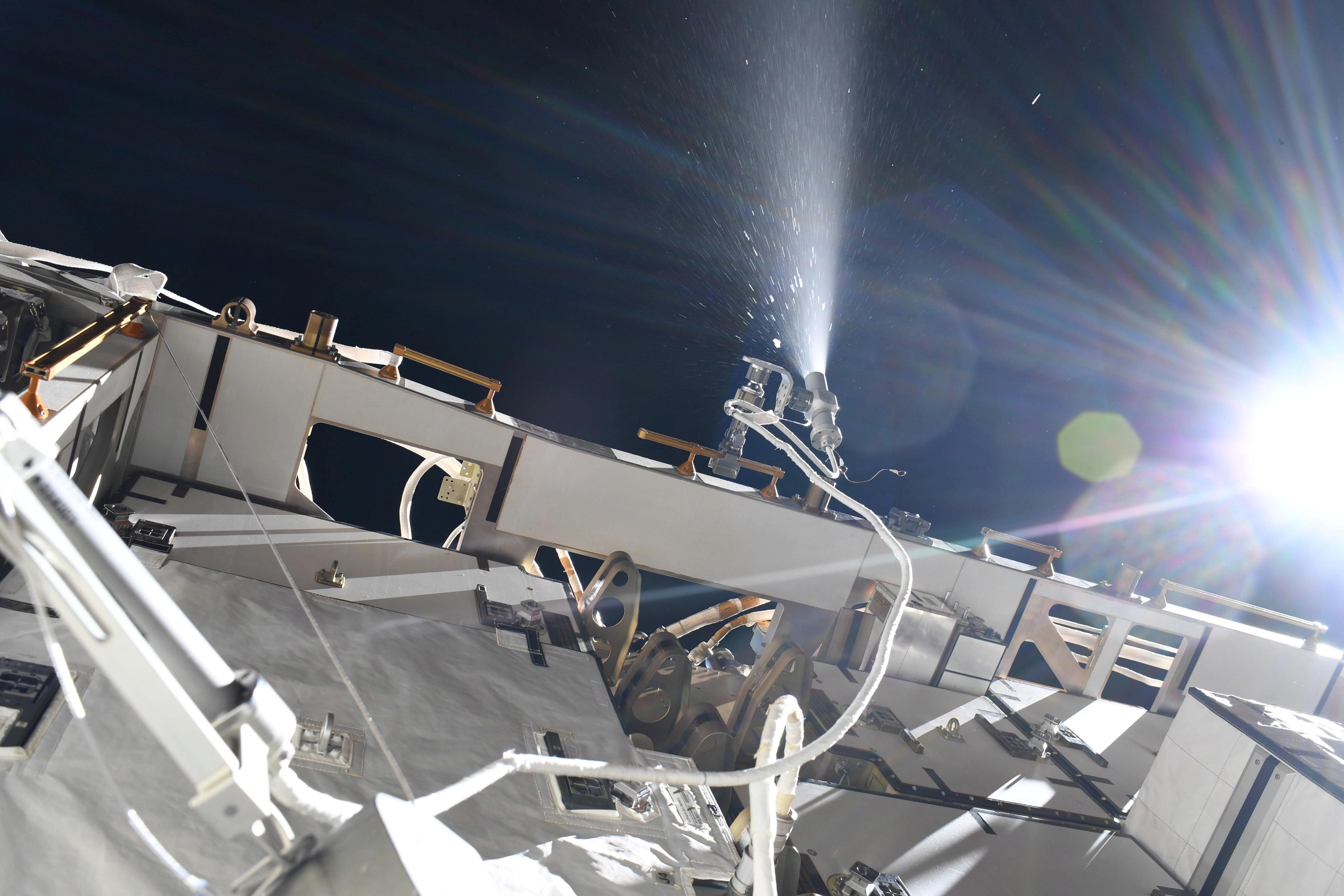 Аммиак стравливают в космос с МКС