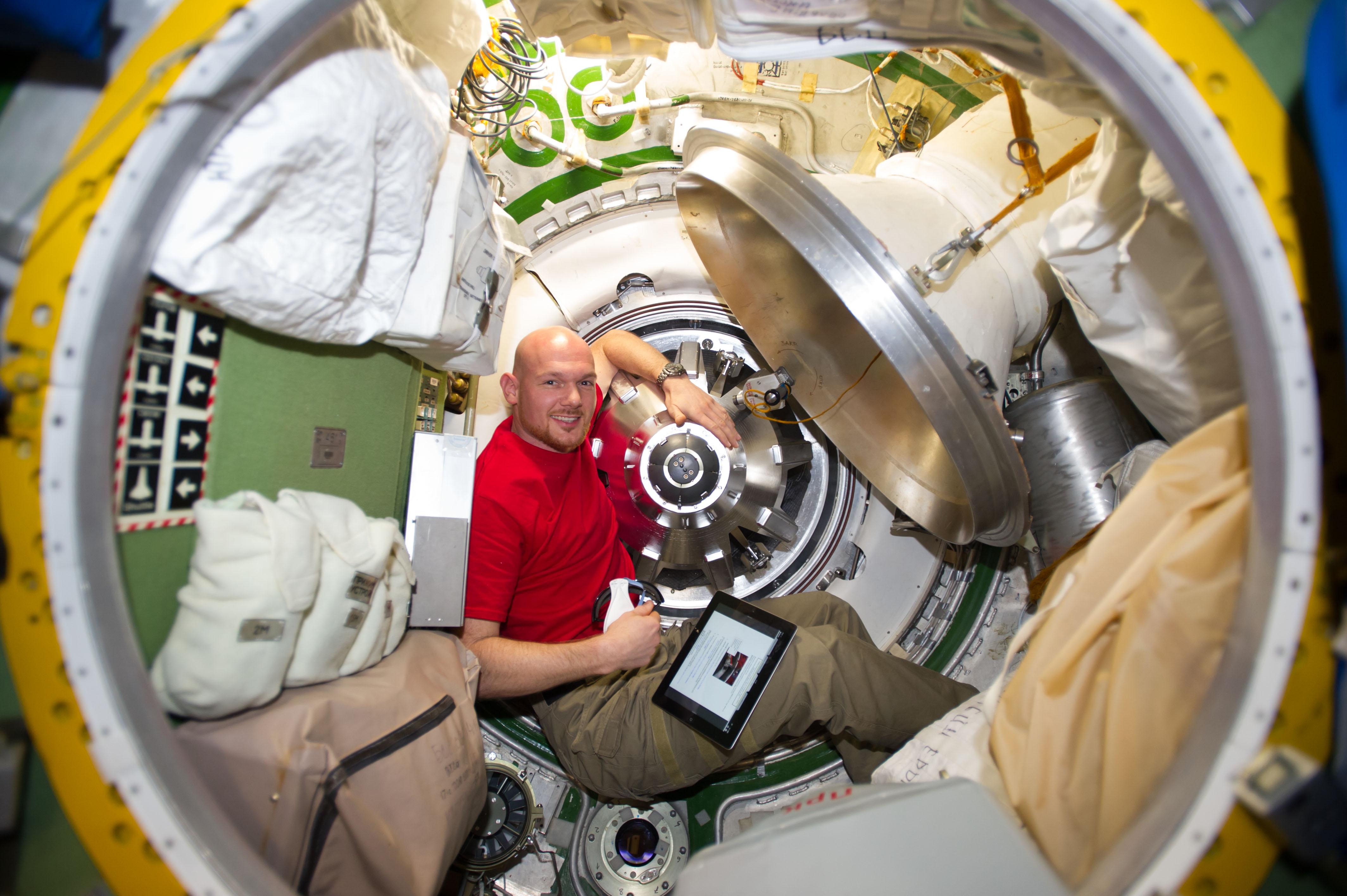 европейский космонавт Александр Герст в переходном отсеке Звезды