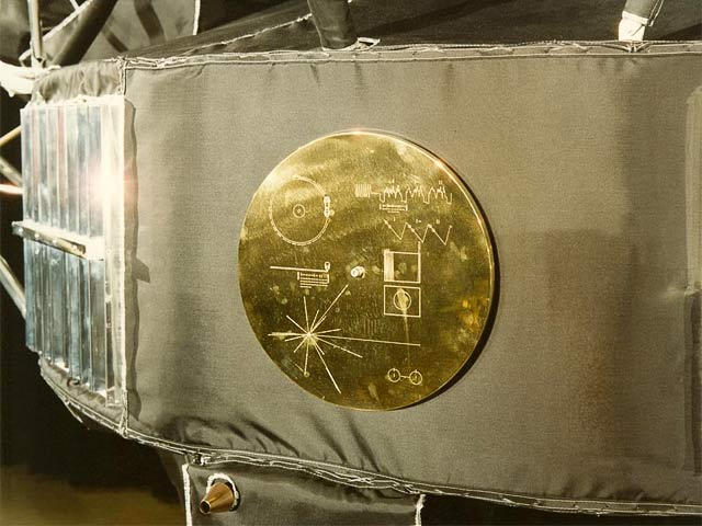 позолоченный диск на борту Вояджера-1 с посланием инопланетянам