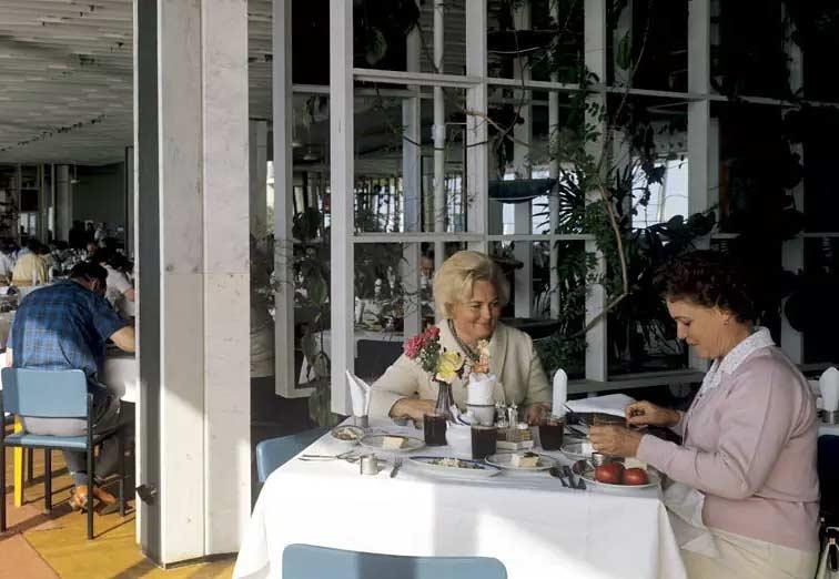 Ресторан с кремовыми сиськами