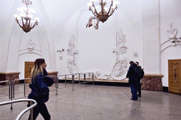 В Москве на станции Арбатской обвалилась штукатурка, а из-под неё выглянул Сталин.