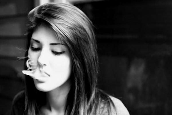 фото девушки курят