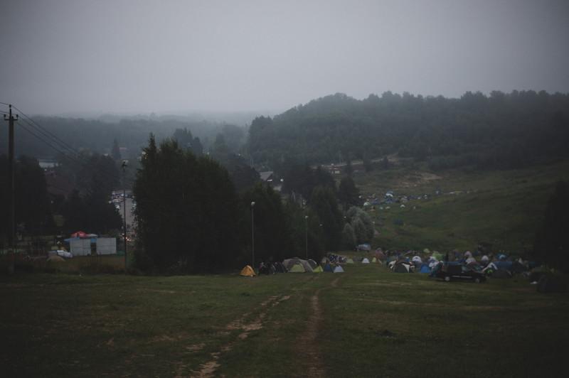 Соседи по лагерю, стоило мне вылезти в семь утра из палатки: «О, доброе! Шампанское будешь? Держи вот. И шашлыки, шашлыки бери, только пожарились»