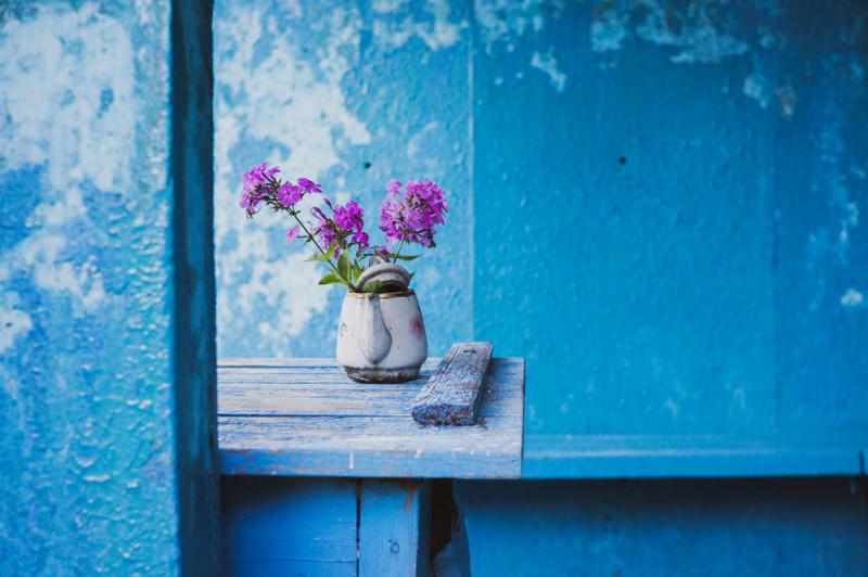 Кто поставил цветочки в чайник, да и сам чайник — тоже неизвестно