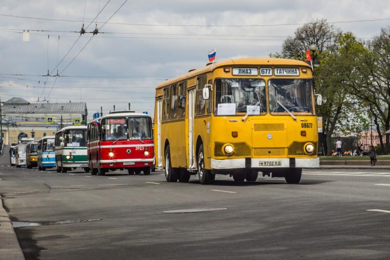 Парад ретро-автобусов на Дворцовом проезде