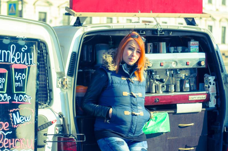Девушка, продающая кофе на Исаакиевской площади
