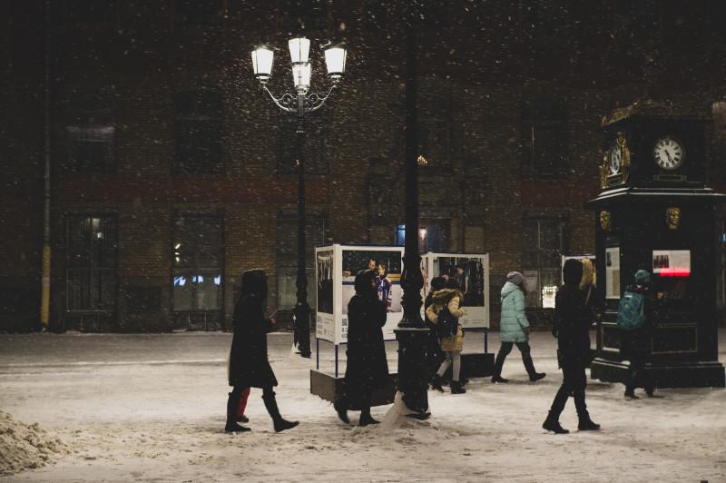 Спешащие по зимним делам прохожие на Малой Конюшенной