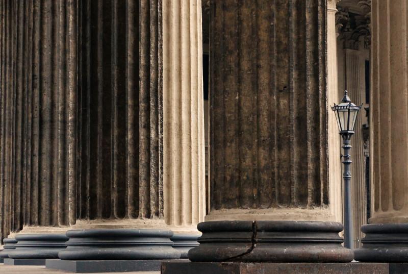 Фонарь под защитой колонн Казанского собора