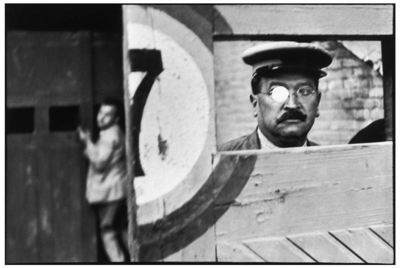 За раздвижными воротами арены для корриды. Анри Картье-Брессон, 1933.
