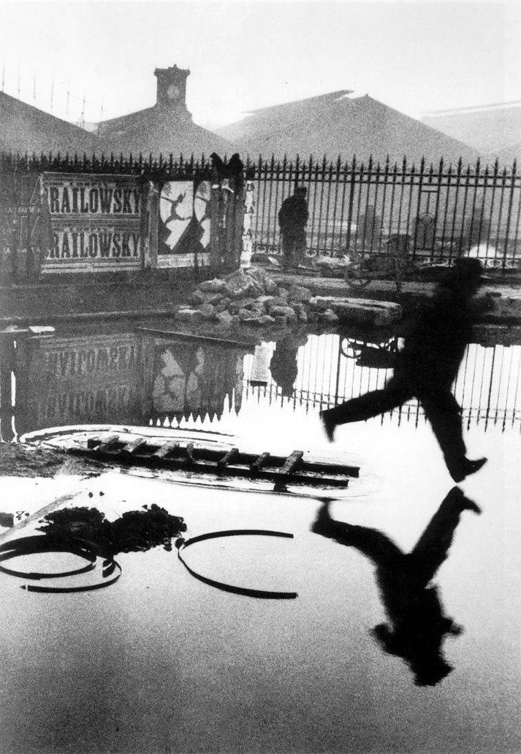 За вокзалом Сен Лазар. Анри Картье-Брессон, 1932. Классический пример «решающего момента»