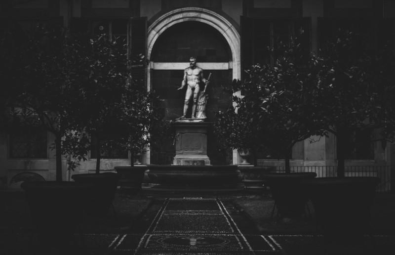 Он такой мраморный, а садик такой симметричный и всё это так гармонирует, о Санта Мария! Это во дворе палаццо Медичи, у них всё по высшему разряду. Сзади еще мандариновые деревья растут и мандаринят, в смысле, плодоносят
