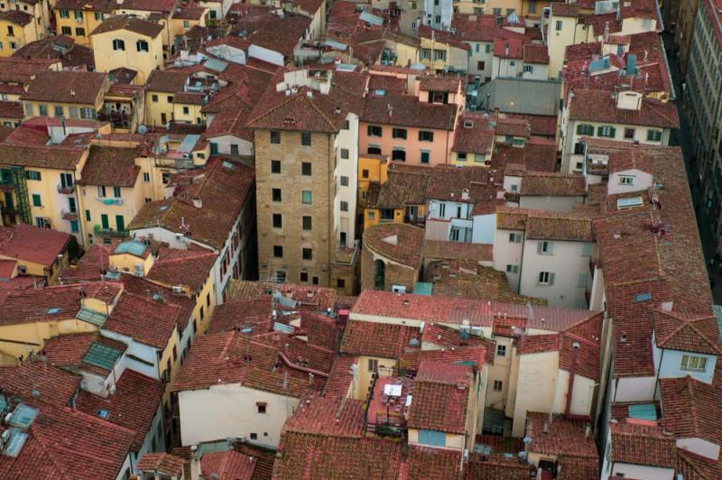Я не понимаю, как это всё построено. Как спланировано. Каждый дом — это какая-то улитка, закрученная внутрь себя. В совершенно случайных, кажется, местах возникают скаты крыши, балконы и дворики