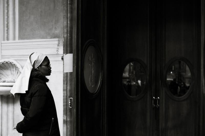 В базилике Сантиссима Аннунциата (я не подсматривал название, запомнил) помимо контрастных монахинь есть фреска, у которой кусочек изображения — фрагмент плаща — выступает за границу фрески, ломая одну из сторон. Долго искал, почему так, но не нашел