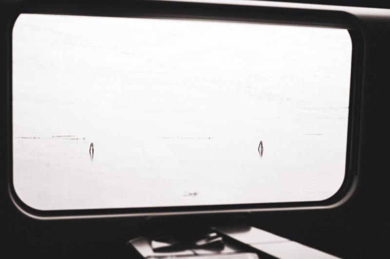 Междугородний поезд движется плавно и тихо, как самолёт. Когда едешь по мосту от материка до венецианского вокзала Санта-Лючия, в окне бесшумно плывут деревянные вешки