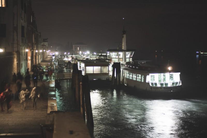 Днем и летом Венеция — только аттракцион для туристов. Кажется, настоящая Венеция осталась только ночью и зимой