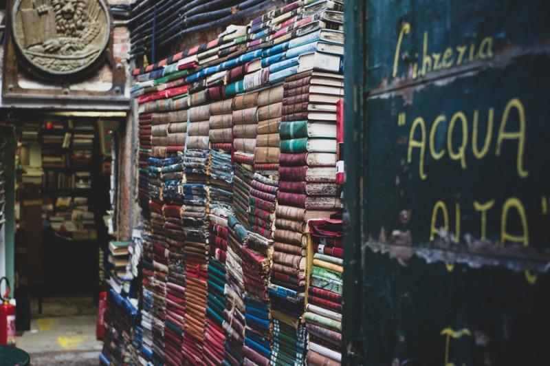 Книжный магазин без вывески в середине совершенно глухой улочки шириной меньше метра