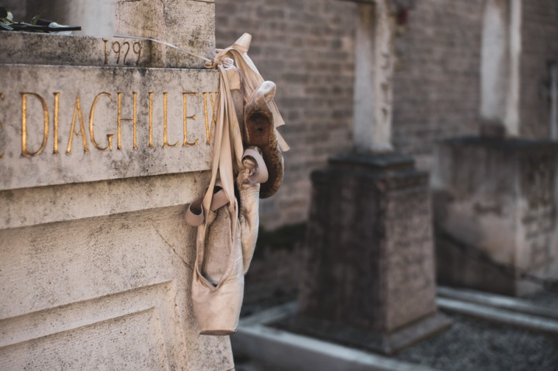На могиле Дягилева на кладбище Сан-Микеле — поленница из пуант. Кто не сложил сверху — привязал к столбику. А мы прошли мимо Дягилева, подошли к Стравинскому, а потом к Бродскому