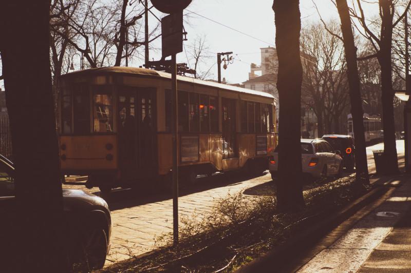 Старые трамваи грохочут как артиллерийская батарея, как у них до сих пор дома вдоль путей не раскрошились, не понимаю