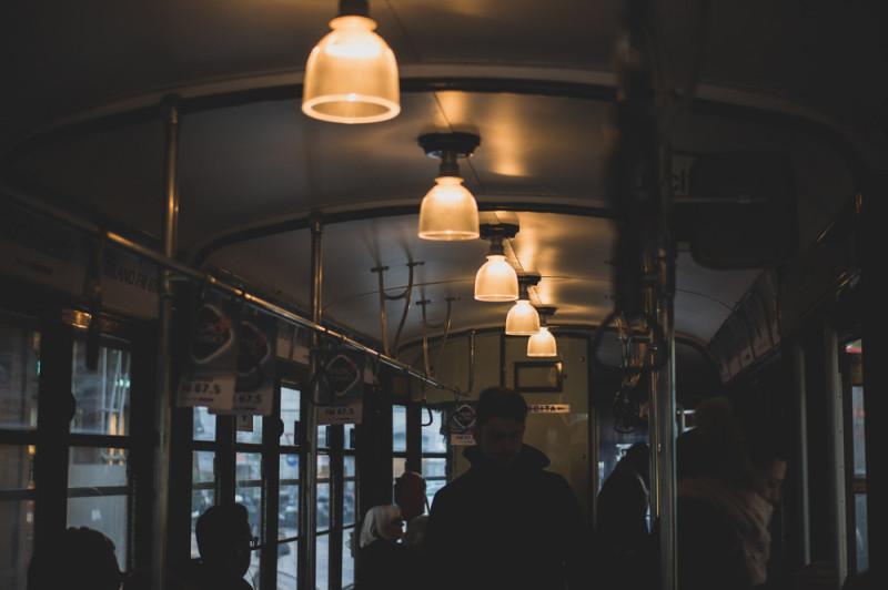 Жадно фотографировал старый трамвайчик. Для камеры нужны обе руки, а улицы узкие и с поворотами, особенно в центре, поэтому меня мотыляло по вагону по всех направлениях. Но ехать на нем  — особенное удовольствие