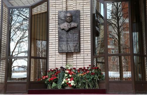 Мемориальная доска на здании бывшего Министерства газовой промышленности на улице Строителей