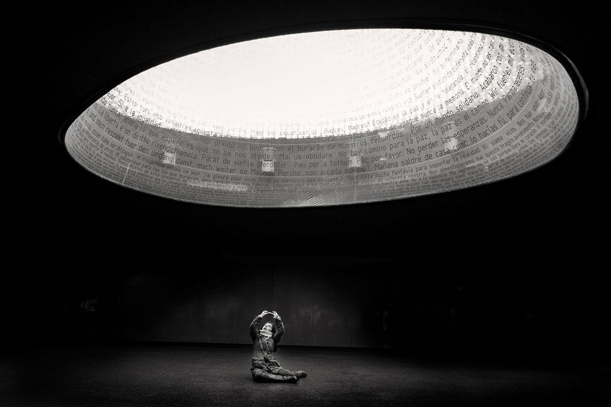 Маленькая девочка играется внутри монумента жертвам теракта