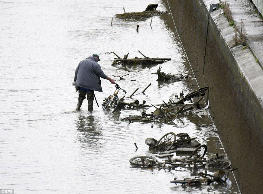 Что нашли на дне канала Сен-Мартен