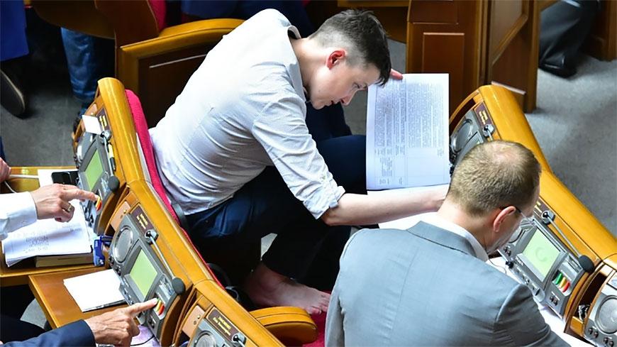 Савченко на заседании Рады разулась и залезла в кресло