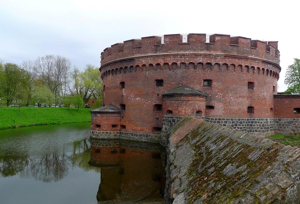 Поэтому сейчас на берегу Верхнего озера мы можем увидеть башню  Дона (Музея Янтаря) и Россгартенские ворота (рыбный ресторан)